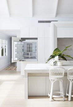 Light, bright and white on white is the theme for Three Birds Renovations House The scale and what seems like simplicity at first glance gives this home its WOW factor, but once you study the details, not one has been missed. Three Birds Renovations, Huge Kitchen, Kitchen Wood, Beach House Decor, Home Decor, The Design Files, Home Staging, Home Interior Design, Interior Ideas