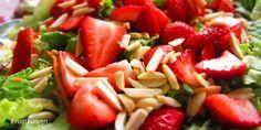 Frugtkurven | Salat med jordbær, grønne asparges og ristede mandler |