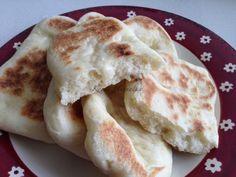Tavalynyáron a férjem új lakásba költözött. Kínában a lakások alapfelszereléséhez a sütő nem tartozik hozzá, így néhány hétre sütő nélkül maradtunk. Az első pár napban még megettük a bolti kínai kenyeret, de aztán igen-igen hiányoltuk a jó magyar házi kenyeret. Kétszer is kísérletet tettem, a mikró ... Focaccia Pizza, Hungarian Recipes, Naan, Winter Food, Food Styling, Kenya, Baked Goods, Bakery, Food And Drink
