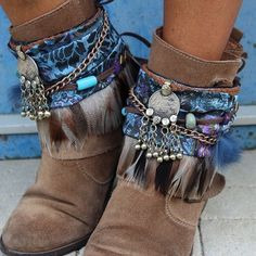 Beige boots with blue ethnic boho trimmimgs Hippie Stil, Mode Hippie, Bohemian Mode, Hippie Man, Boho Chic, Bohemian Style, Gypsy Style, Boho Gypsy, Hippie Boho