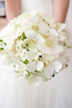 Wit & chique boeket! #bruidsboeket #trouwen #bruiloft #inspiratie #wedding #bouquet #inspiration | ThePerfectWedding.nl
