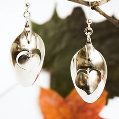 Vallattomat sydämet -korvakorut, jotka valmistettu saksalaisten hopealusikoiden pesistä. #lusikkakoru, #designkoru, #korvakorut, #sydankoru Fork Jewelry, Silverware Jewelry, Diy Jewelry, Jewlery, Jewelry Bracelets, Silver Jewelry, Forks Design, Pearl Earrings, Drop Earrings