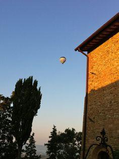 @Paluffo Toscana taste & beauty #ballon #tuscany Balloon Flights, Mountain Range, Hot Air Balloon, Shades Of Green, Tuscany, Florence, Vines, Castle