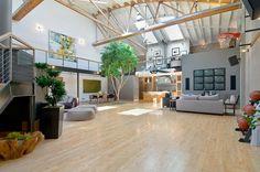 Indrukwekkende loft geïnspireerd op vliegtuighangar - Roomed | roomed.nl