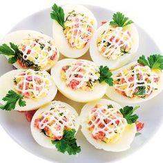Rețete de ouă umplute. Ouăle umplute sunt un aperitiv ușor de preparat, sunt atrăgătoare ca aspect, dar și ca gust. Iată 11 rețete de ouă umplute: Healthy Cooking, Cooking Recipes, Healthy Recipes, Lacto Vegetarian Recipe, Salad Design, Cooking Photography, Romanian Food, Deviled Eggs, Food Cravings