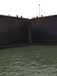 Esclusa de Gatún em Canal do Panamá saída Caribe