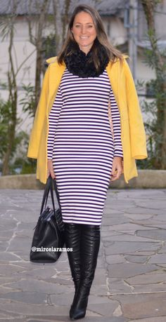 Look de trabalho - look do dia - look corporativo - moda no trabalho - work outfit - office outfit - winter outfit - fall outfit - frio - look de inverno - inverno - vestido listrado - striped dress - casaco amarelo - yellow coat - boots - otk - over the knee - black