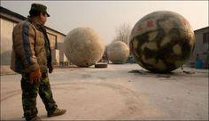 """Спасательный...шар.  Китаец потратил $160 000 на строительство семи круглых, плавучих бункеров, которые, по его задумке, должны стать """"спасательным кругом"""" после событий 21 декабря 2012 года."""