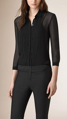 Burberry women's shirts and tops refined through pattern and proportion, in silk and cotton. Style Désinvolte Chic, Style Casual, Casual Wear, Women's Casual, Sophisticated Outfits, Stylish Outfits, Fashion Outfits, Burberry, Funeral Outfit
