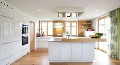Finde klassische Küche Designs in Weiß: Küche weiß hochglänzend mit Altholz. Entdecke die schönsten Bilder zur Inspiration für die Gestaltung deines Traumhauses.