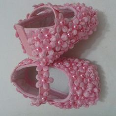 How to Make a Gospel Baby Shoes? Little Girl Shoes, Baby Girl Shoes, Handmade Stuffed Animals, Girls Dress Shoes, Diy Baby Gifts, Make Your Own Clothes, Baby Couture, Crochet Baby Booties, Baby Boots