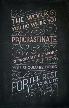 """""""O trabalho que você faz enquanto você procrastina é provavelmente o trabalho que você deveria estar fazendo para o resto de sua vida."""" – Jessica Hische"""