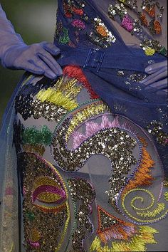 Détails broderies d'une robe Christian Dior. Un fabuleux travail de petites mains au grand talent !