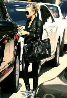 Little Bits of Lovely: Love her style {mary kate & ashley olsen} Mary Kate Ashley, Mary Kate Olsen, Elizabeth Olsen, Olsen Fashion, Olsen Twins Style, Ashley Olsen Style, Look Fashion, Womens Fashion, Petite Fashion