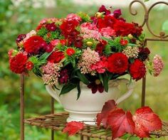 Solve Zátiší s kyticí jigsaw puzzle online with 120 pieces All Flowers, Tropical Flowers, Colorful Flowers, Beautiful Flowers, Beautiful Things, Red Flower Bouquet, My Flower, Red Table Settings, Photo Bouquet