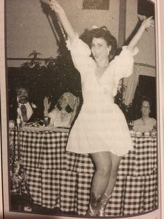 Delta Burke performing at Linda Bloodworth & Harry Thomason's wedding Dixie Carter, Jean Smart, Harry Wedding, Delta Burke, Vintage Tv, Fashion Tv, Tv Actors, Designing Women, Role Models