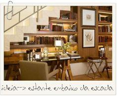 Moodboard_Paola Ribeiro  Adorei o aproveitamento do espaço embaixo dessa escada: uma estante linda e iluminada que guarda os livros e transforma o ambiente, antes perdido, em um belo escritório. Projeto Paola Ribeiro.