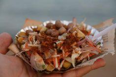 Que cuisine-t-on en Inde ? Petite douceur locale Pois chiches et arachides grillées, oignons et légumes marinés au citron, herbes, sauce épicée... C'est délicieux ! Surtout pour 10 roupies (17 centimes d'Euro).