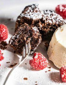stuttgartcooking: Warmes Schokoladen-Törtchen mit Eiscreme und Himbeeren Johannes, Lava Cakes, Nice Cream, Frozen Yogurt, Cookies, Chocolate, Desserts, Food, Small Cake