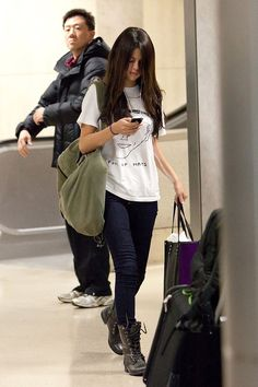 Selena Gomez Photos - Selena Gomez pumps up her music on her ipod as she arrives at LAX (Los Angeles International Airport) on a late night flight. - Selena Gomez at LAX Selena Gomez Fashion, Estilo Selena Gomez, Selena Gomez Style, Estilo Vanessa Hudgens, Airplane Outfits, Selena Selena, Airport Style, Airport Outfits, Airport Fashion