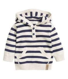 Fine-knit, hooded sweater in soft cotton. Buttons at top and kangaroo pocket at front. Baby Outfits, Kids Outfits, Toddler Boy Fashion, Little Boy Fashion, H&m Fashion, Fashion Kids, H&m Baby, Baby Boys, Baby Shoes