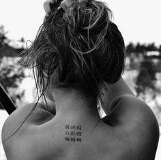 35 Splendid Back of Neck Tattoo Designs 35 Herrliche Nacken-Tattoo-Designs Future Tattoos, Love Tattoos, Small Tattoos, Tattoos Of Dates, Dainty Tattoos, Feminie Tattoos, Cool Tattoos With Meaning, In Loving Memory Tattoos, Elegant Tattoos