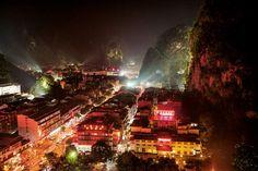 La Chine s'éveille aux cimesVillage encore endormi quand les varappeurs et les spéléologues étrangers se sont mis à grimper alentour, voilà deux décennies, Yangshuo attire désormais surtout des visiteurs nationaux.