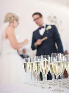Et bryllupsbillede fra en reception, hvor bruden og gommen bliver portrætteret på en anderledes måde.
