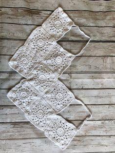 Crochet Boho Beach Top – Free Pattern Source by vicbeloxo Ideas boho Crochet Halter Tops, Motif Bikini Crochet, Débardeurs Au Crochet, Crochet Summer Tops, Crochet Girls, Crochet Crop Top, Crochet Shorts, Crochet Squares, Granny Squares