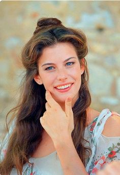 Pretty hair inspiration Liv Tyler in Stealing Beauty Liv Tyler Hair, Liv Tyler 90s, Steven Tyler, Most Beautiful Women, Beautiful People, Hippie Vintage, Stealing Beauty, Sarah Michelle Gellar, Pretty Hairstyles