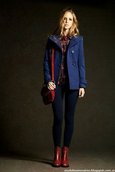 ESTANCIAS CHIRIPA. Blue jeans, plaid blouse red and blue, blue coat cardigan, burgundy red ankle boots. Red bag. Fall outfit.