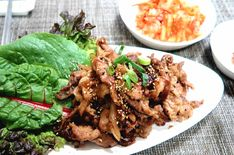 Non-Spicy Pork Bulgogi. Here is a non-spicy version that is quite popular among locals in Seoul. Watch the video to see how to make it at home! Greek Diet, Greek Salad, Veggie Dishes, Food Items, Meal Planning, Vegetarian Recipes, Spicy, Veggies, Korean Bbq