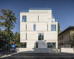 Construido por ADN Birou de Arhitectura en Bucharest, Romania con fecha 2014. Imagenes por Cosmin Dragomir. El proyecto es una intervención en una zona histórica del centro de Bucarest, en un barrio con valores arquitectónico...