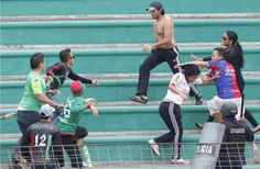El sábado pasado en el estadio Yankel Rosenthal las aficiones del Marathón y Olimpia se fueron a los golpes. Congreso Nacional de Honduras estudiará Ley antibarras http://www.laprensa.hn/deportes/885726-410/congreso-nacional-de-honduras-estudiar%C3%A1-ley-antibarras