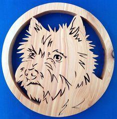 Ce dessous de plat beau Cairn est le cadeau parfait pour tout amateur de chien! (ou pour vous-même ;-))  Coupé à la main avec une scie frette à partir de feuillus locaux écossais, traité avec de l'huile danoise à résister à la chaleur. (environ 250 x 210 mm x25mm) Cairns, Wood Projects, Projects To Try, Scroll Saw Patterns, Wooden Art, Kirigami, Rooster, Dog Lovers, Diy And Crafts