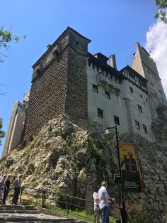 Bran castle represents one of the most visited places in Romania! Driven by Dracula's legend, people come here to discover an amazing place! Places Around The World, Around The Worlds, Most Visited, Romania, Barcelona Cathedral, The Good Place, Beautiful Places, Louvre, Travel