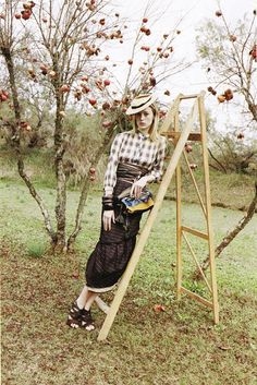 Marc Jacobs calls on again photographer Juergen Teller to shoot the spring-summer 2009 ad campaign starring Brazilian topmodel Raquel Zimmermann. The images show a sun-soaked orchard with pomegranate trees and a Juergen Teller, Look Fashion, Autumn Fashion, Fashion Styles, Marc Jacobs, Apple Garden, Raquel Zimmermann, Country Attire, Fairytale Fashion