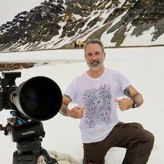 Lawrence Wahba com a camiseta ARCTIC ANIMALS da FUSS. Foto no arquipélago de Svalbard, no ártico norueguês, filmando para a nova série do canal NatGeo.