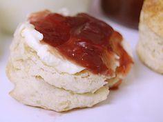 Les scones anglais simples et rapides à préparer. Petit plus: préparer la clotted cream (ou crème épaisse) maison. Simple et bon!