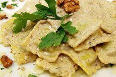 Ravioli ripieni di noci e melanzane, un piatto salutare di media difficoltà dai sapori intensi, abbinato ad un buon vino bianco