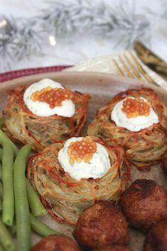 Hello ! Aujourd'hui je viens vous livrer ma recette de nids de pommes de terre spiralizées, comme je vous en avais parlé lors du concours Tupperware début décembre. Si vous ne savez pas ce qu'est un Spiralizer, c'est un ustensile de cuisine qui permet... Hui, Sausage, Anna, Food, Tagliatelle, Drizzle Cake, Spiralizer Recipes, Nests, Sausages