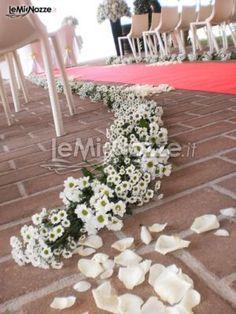 http://www.lemienozze.it/gallerie/foto-fiori-e-allestimenti-matrimonio/img21951.html  Delicate margherite come fiori per il matrimonio per gli addobbi