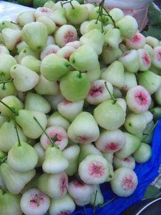 rose apple..El fruto puede consumirse fresco ya que es dulce, con olor a rosas. Es muy rico en pectinas y poco ácido, con el se pueden preparar jaleas o mermeladas. Es bueno también para aromatizar salsas y cremas. Las flores también son comestibles.