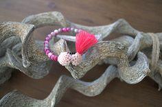 Let's go Ibiza  Een mooie Fuchsia/roze armband met gemêleerde glaskralen. Er zijn 2 Dahlia bloemen in verwerkt en 1 roze kwastje  Elastische. € 5,00