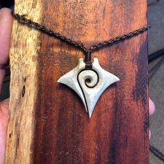 いいね!64件、コメント3件 ― Curt Mcmanus. My Work!さん(@bonehook)のInstagramアカウント: 「Deer antler. #handmade #hawaii #carvings #fishhook #ahi #fin #tail #spiral #piko #mantaray #deer…」