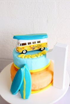 Retro Surf party - toy VW Van on a cake. Surfer Party, Surf Vintage, Retro Surf, Surf Cake, Surfboard Cake, Volkswagen, Vw Bus, Beach Cakes, Caking It Up