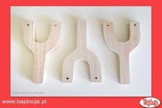 Wywierć otwory w kawałkach drewna – w obu ramionach litery Y. #dziecko #zabawka #homemade #bajdocja #diy #zróbtosam