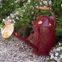 Traditionele metalen luxe gieter met koperen broes en houten handvatten.