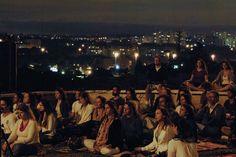 """No dia 25 de abril, às 20h, acontece a """"Meditação da Lua Cheia"""", organizada por voluntários da Fundação Arte de Viver. O encontro é realizado simultaneamente em Curitiba, Rio de Janeiro, Niterói, Santos, Salvador, Recife, Aracajú, Fortaleza e São Paulo. Aqui, a meditação em grupo ocorre na Praça da Paz, no Parque do Ibirapuera, e na Praça do Pôr do Sol, em Pinheiros, com entrada Catraca Livre."""