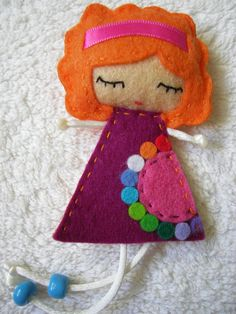 Vou lhes mostrar como fazer uma boneca em feltro e você poderá usá-lo para decorar a parede do quarto ou a porta, ou onde você preferir colocá-lo. Este artesanato em feltro é bastante simples de se fazer, e com certeza todas as crianças irão adorar ter no seu qua